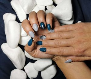 Salon ljepote Mikrosun, Velika Gorica: gelirani nokti, plavi, na podlozi od kamenja, drugi kut